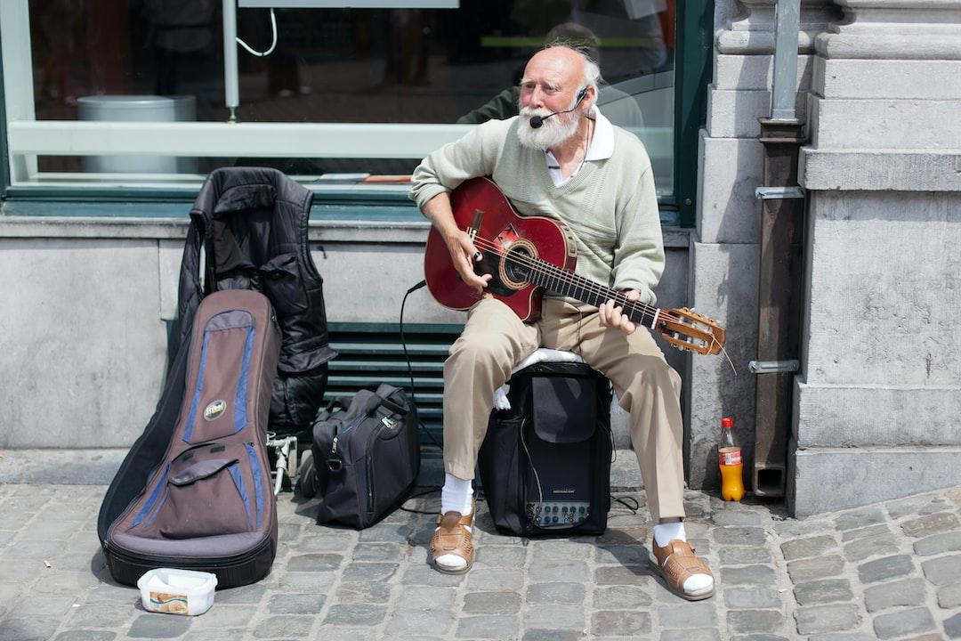 Un chanteur à sandales dans les rues de Bruxelles. Joie & bonne humeur.