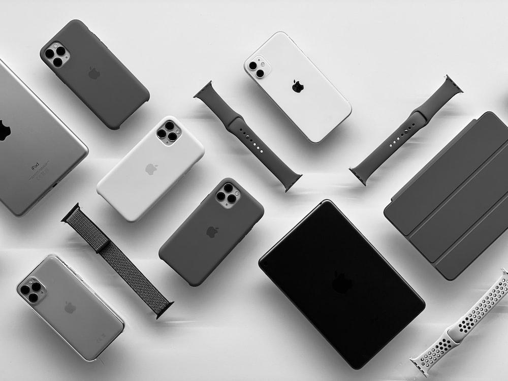 black ipad and white iphone 5 c