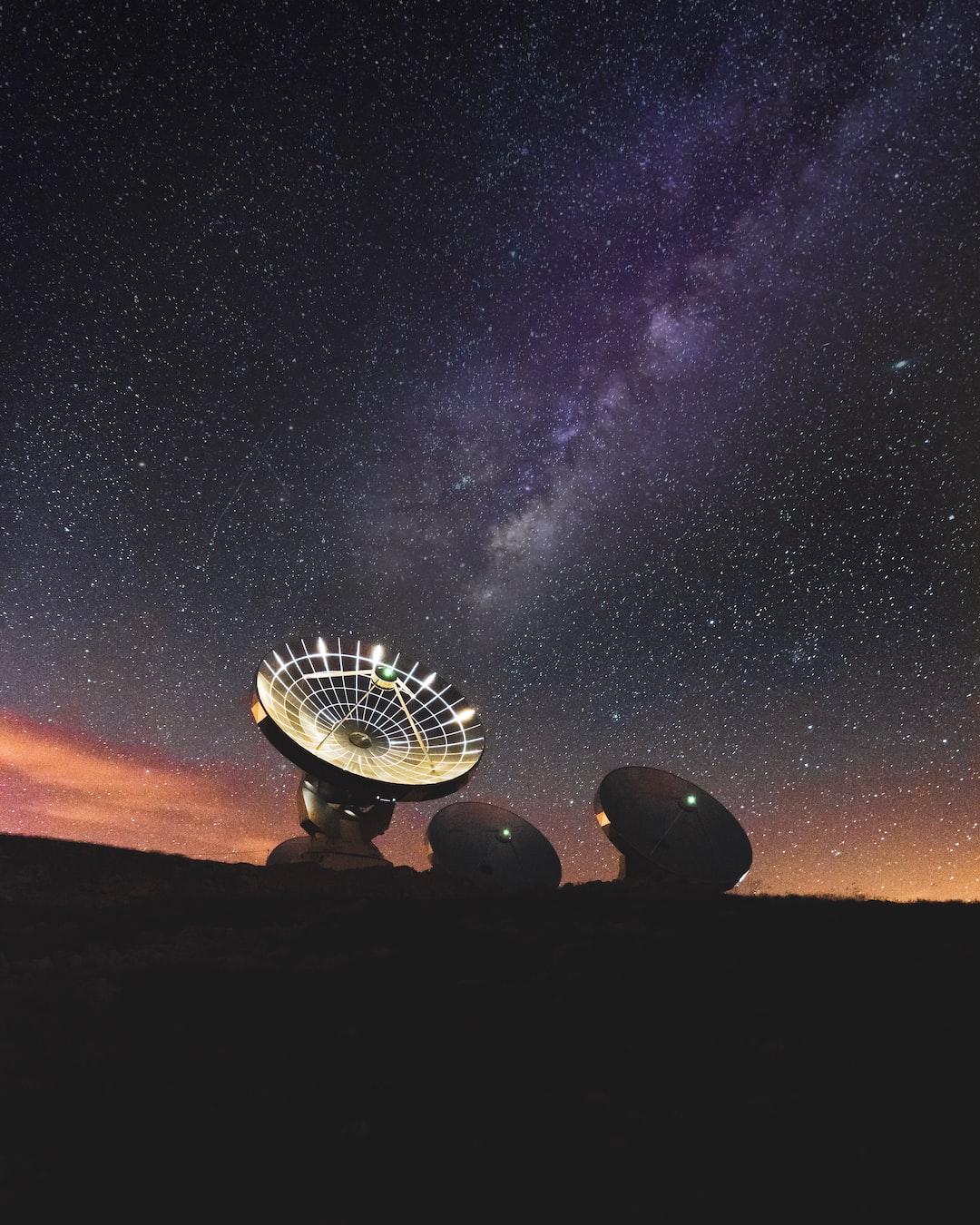 Antennes radio devant la Voie Lactée