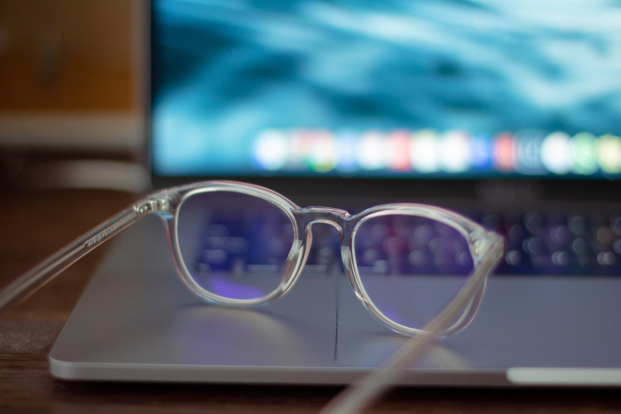 lunettes transparentes devant un ordinateur portable - blog.troov.com