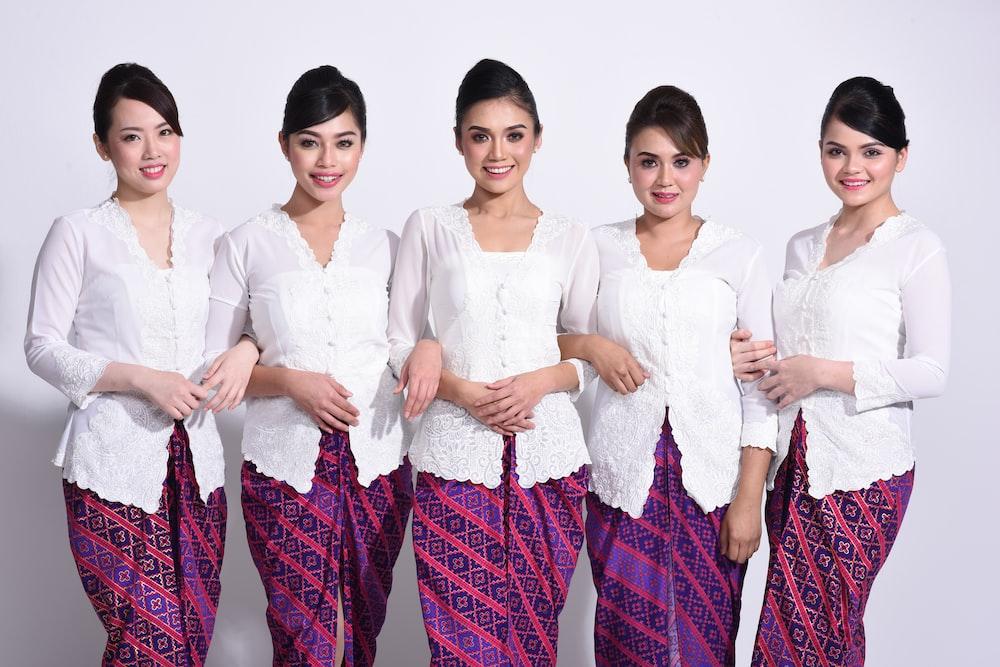 白いドレスの女性のグループ
