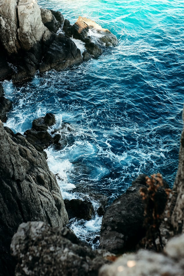 Бесплатный фон для рабочего стола с бушующим синим морем, волнами и скалами. Фотограф Олег Мороз (Tengyart)