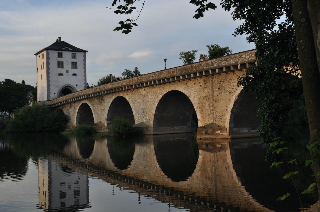 Brücke mit Spiegelung im Wasser, Limburg an der Lahn