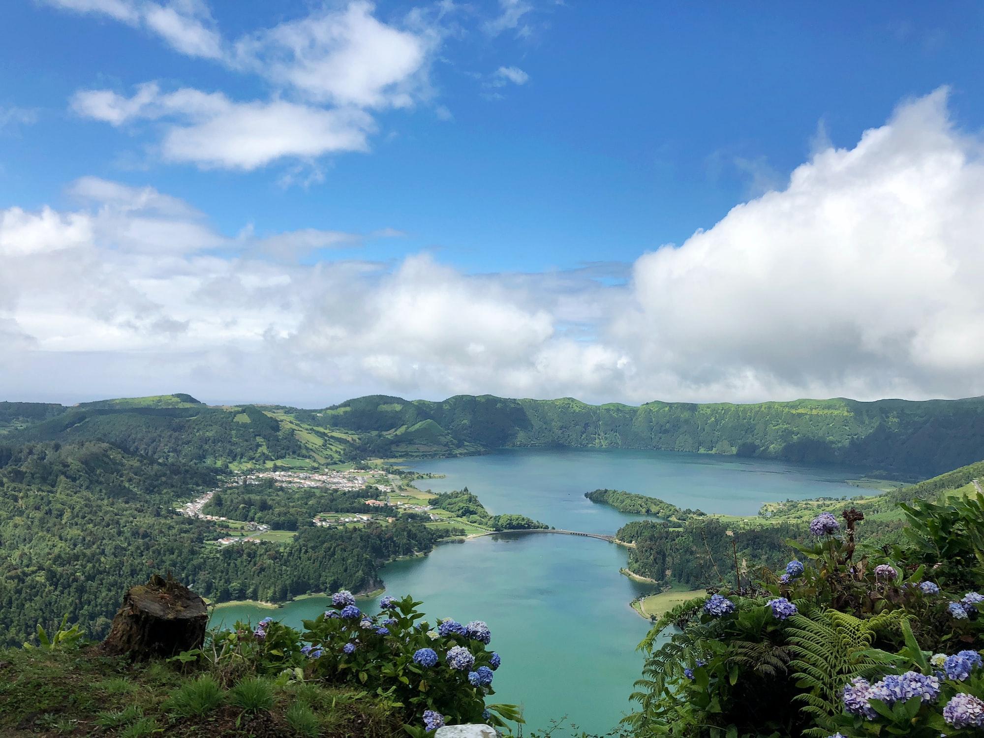 Vue sur des lacs dans les Açores au Portugal