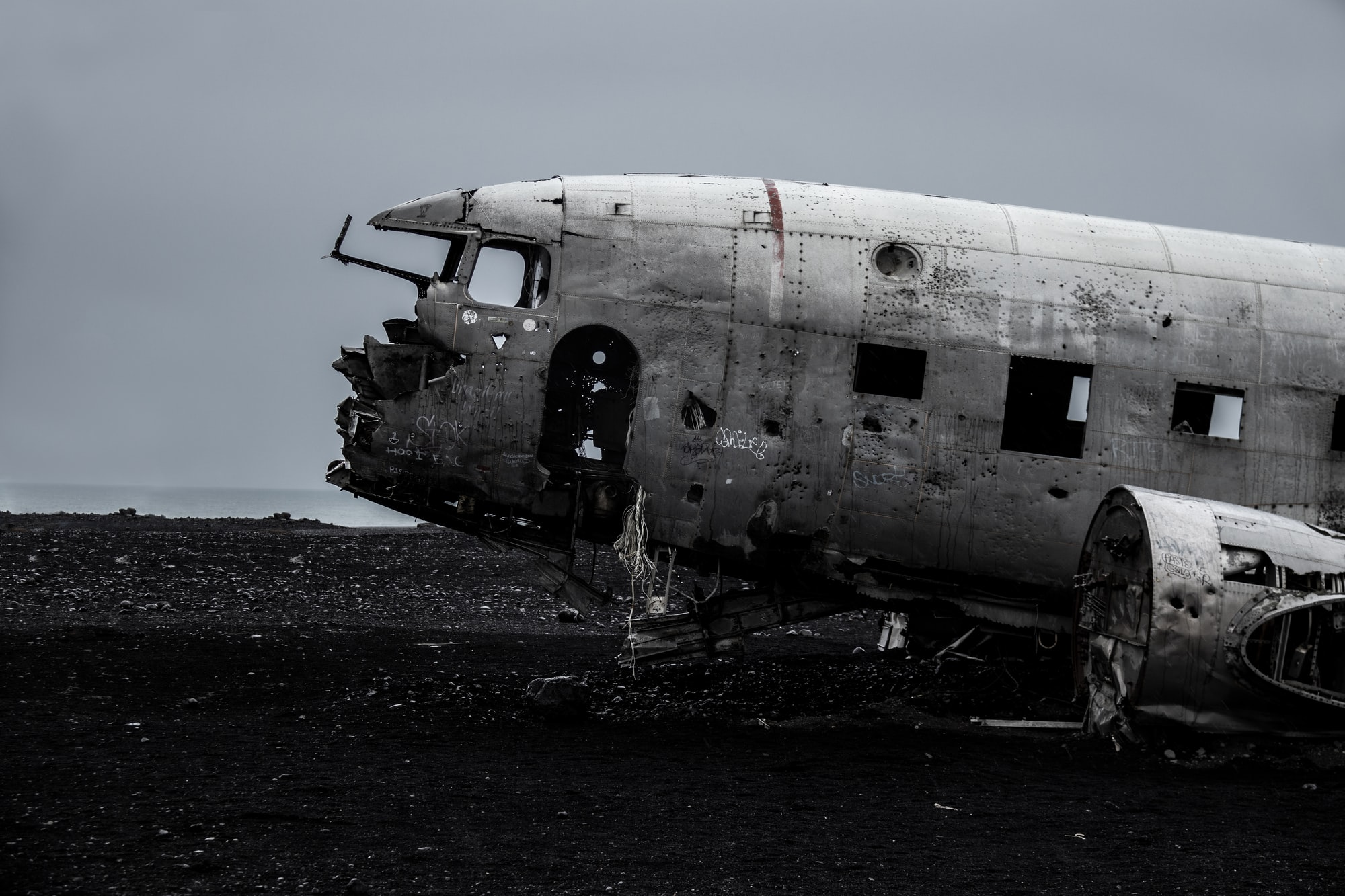 plane wrack island north destroyed iceland seebach crashed bad sad angry flying sand beach ocean