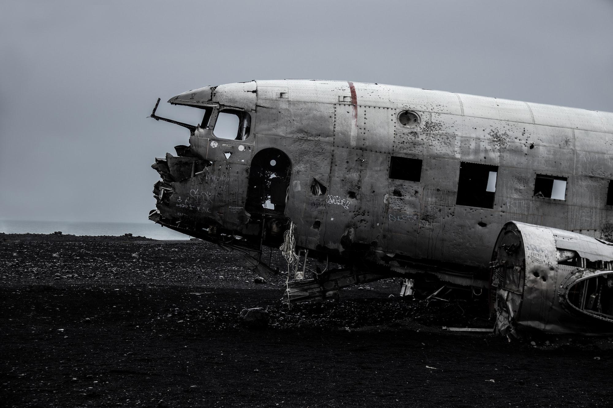 plane wrack island north destroyed iceland seebach crashed bad sad angry flying sand beach ocean