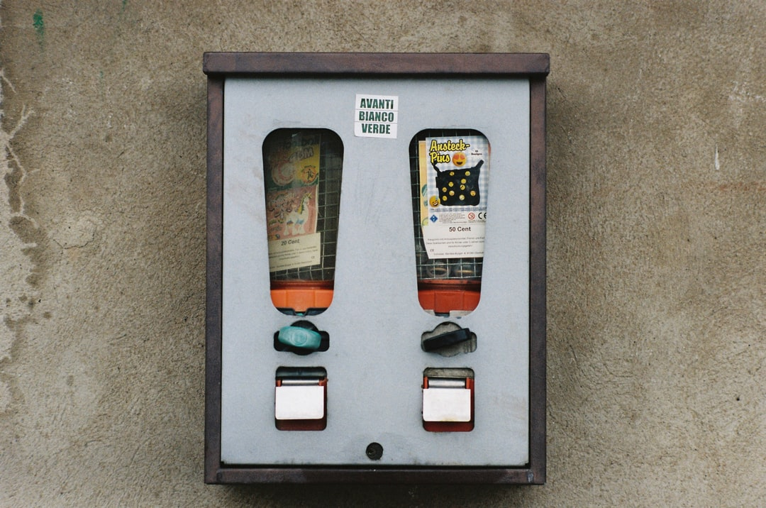 Old vintage chewing gum automat. Made with Leica R7 (Year: 1994) and Leica Summicron-R 2.0 90mm (Year: 1981). Analog scan via meinfilmlab.de: Fuji Frontier SP-3000. Film reel: Kodak Portra 400