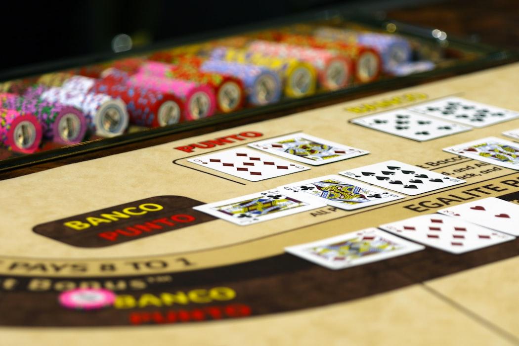 Een baccarat tafel met kaarten en fiches