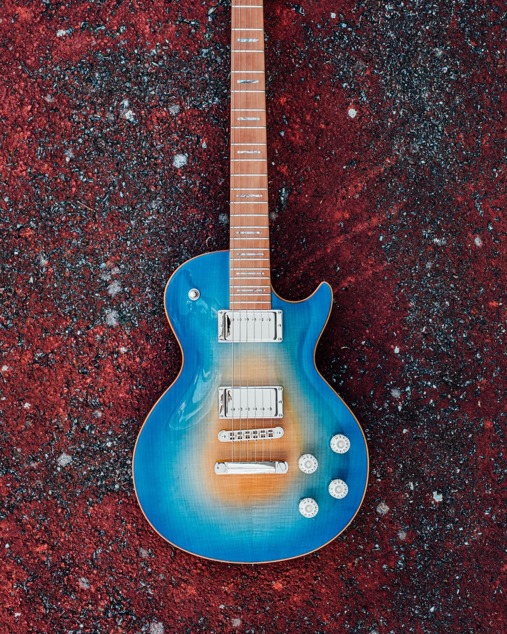 blue and brown electric guitar