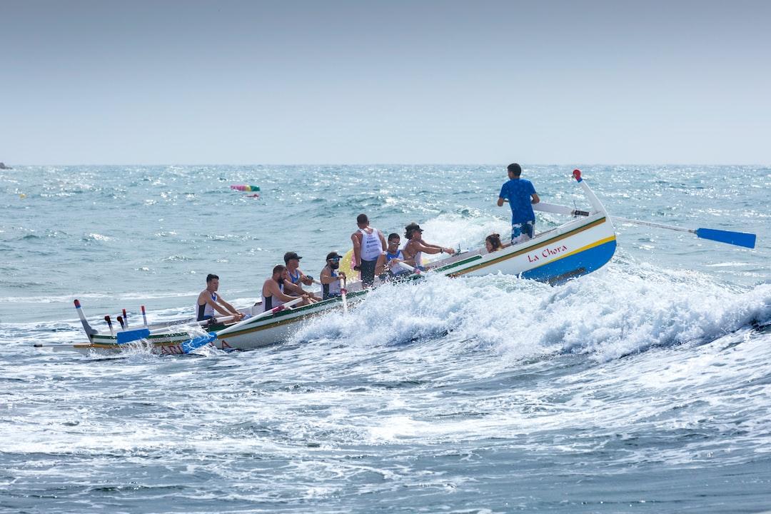 """Esta foto es la siguiente de una secuencia que tomé de esta jábega cuando capeaba con detreza las olas. Aunque las fotos son muy parecidas, en esta se aprecia como la proa casi está sumergida en el agua y la popa está totalmente levantada. Regata de las 3 Millas, celebrada en las Playas de El Palo de Málaga el 09-09-2017. Se presentaron un fuerte temporal de levante y algunas pruebas se suspendieron. Esta tripulación y su patrón supieron """"capear el temporal"""" de manera envidiable."""
