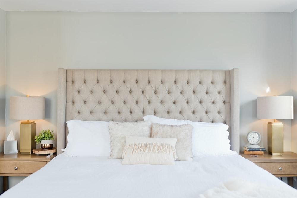 白い枕と白いベッドリネン