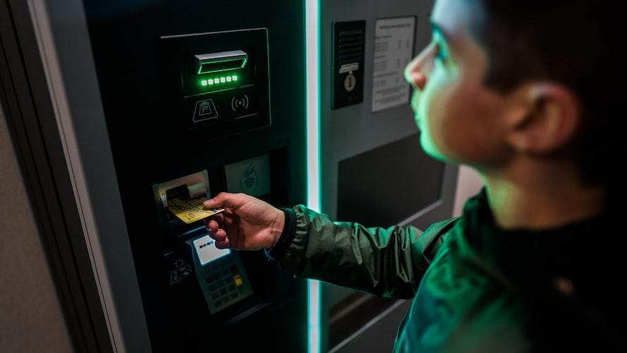 Jangan tinggalkan mesin ATM jika kartu ATM tidak bisa tarik tunai.