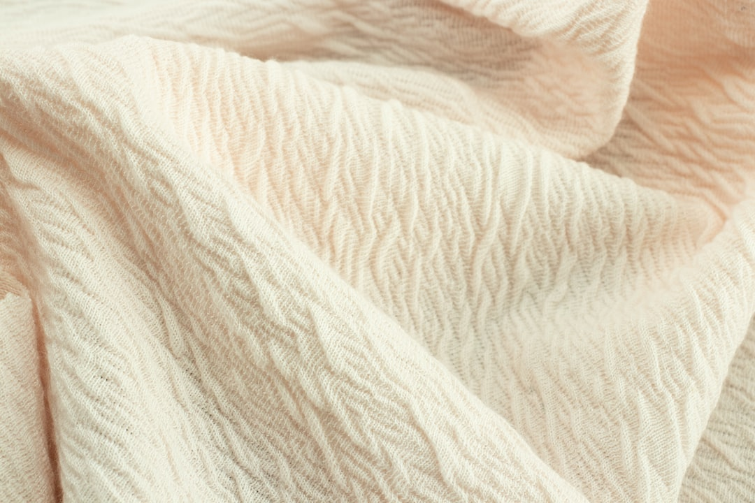 Ull - Interlock Jacquard mesh with texture, wrinkled and soft. Its colour is a very soft pink. Perfect for dresses and shirts.