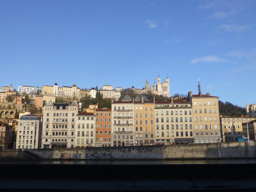 Immeubles du quai de Saône, Lyon, Rhône, France. À l'arrière, Basilique et colline de Fourvière.