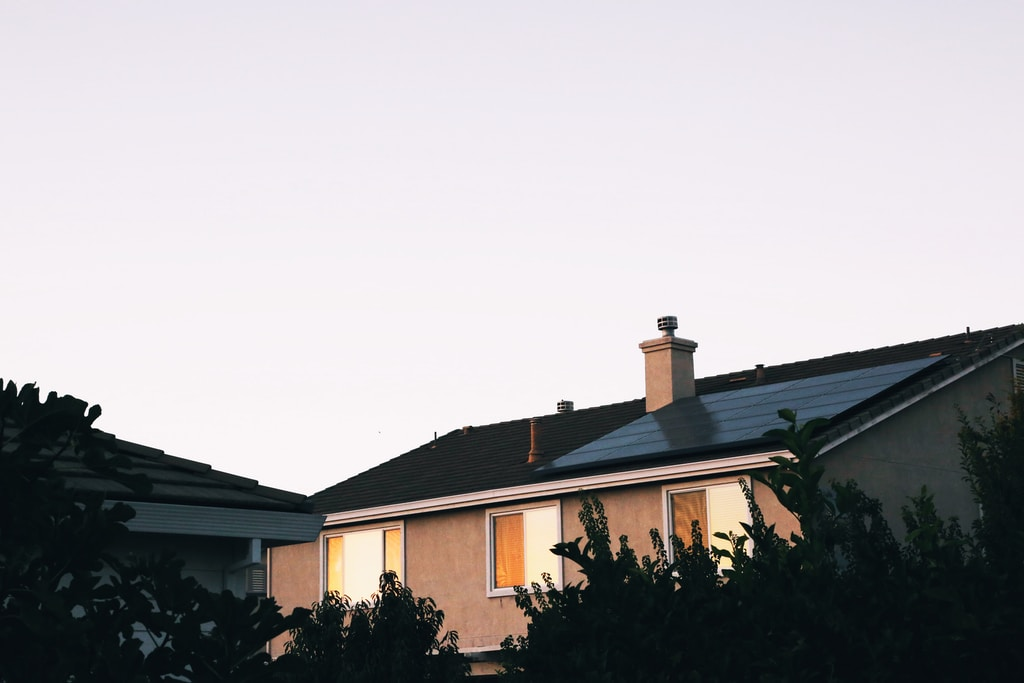 茶色と白のコンクリートの家