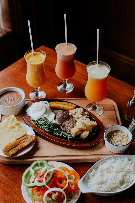 Dos zumo de naranja en vasos en la mesa de madera marrón