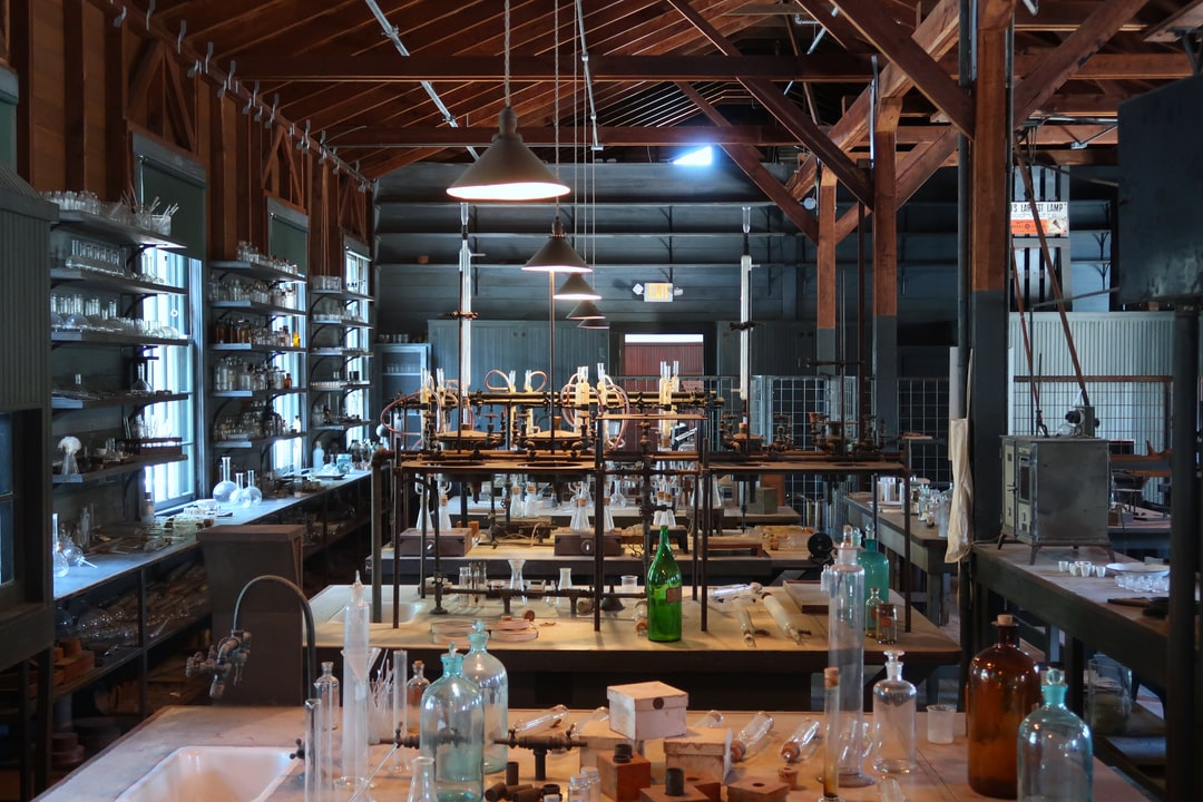 This laboratory contains equipment used by Thomas Edison. It is part of the Edison and Ford Winter estate. He used the laboratory to find the best rubber plant.