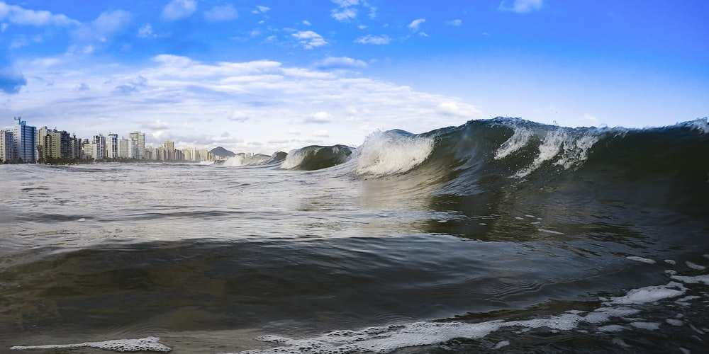 water waves hitting the shore during daytime