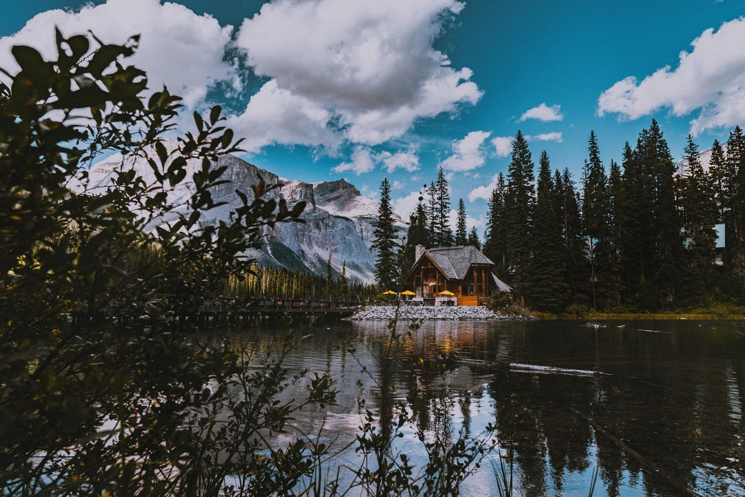 Wooden log cabin on a lake in the Rocky Mountains Canada insta: @sichpicsss
