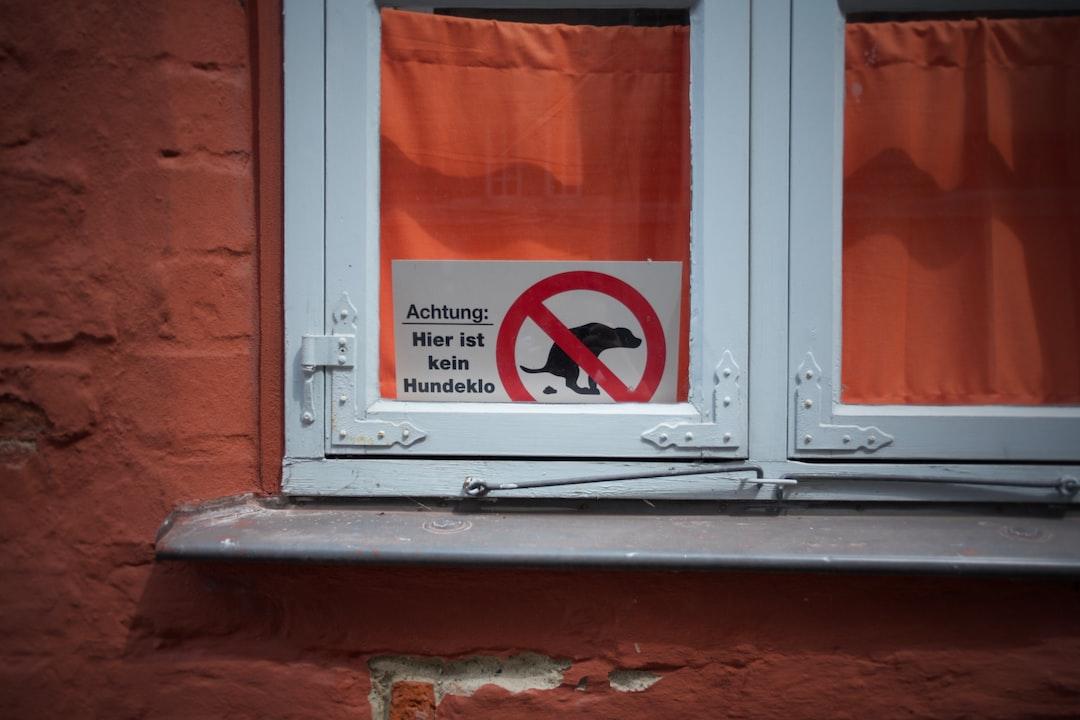 Attenzione:  Non c'è toilette per cani qui  - | -  Attention:  There is no dog toilet here