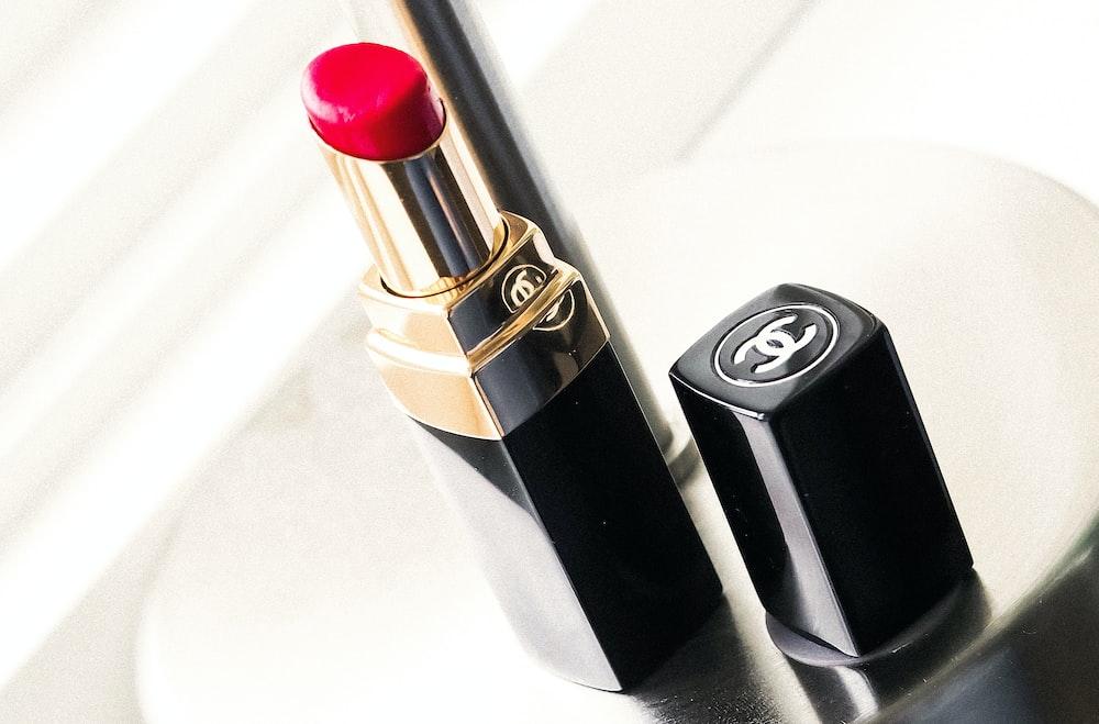 Lèvre rouge, l'indispensable de la Parisienne libératrice