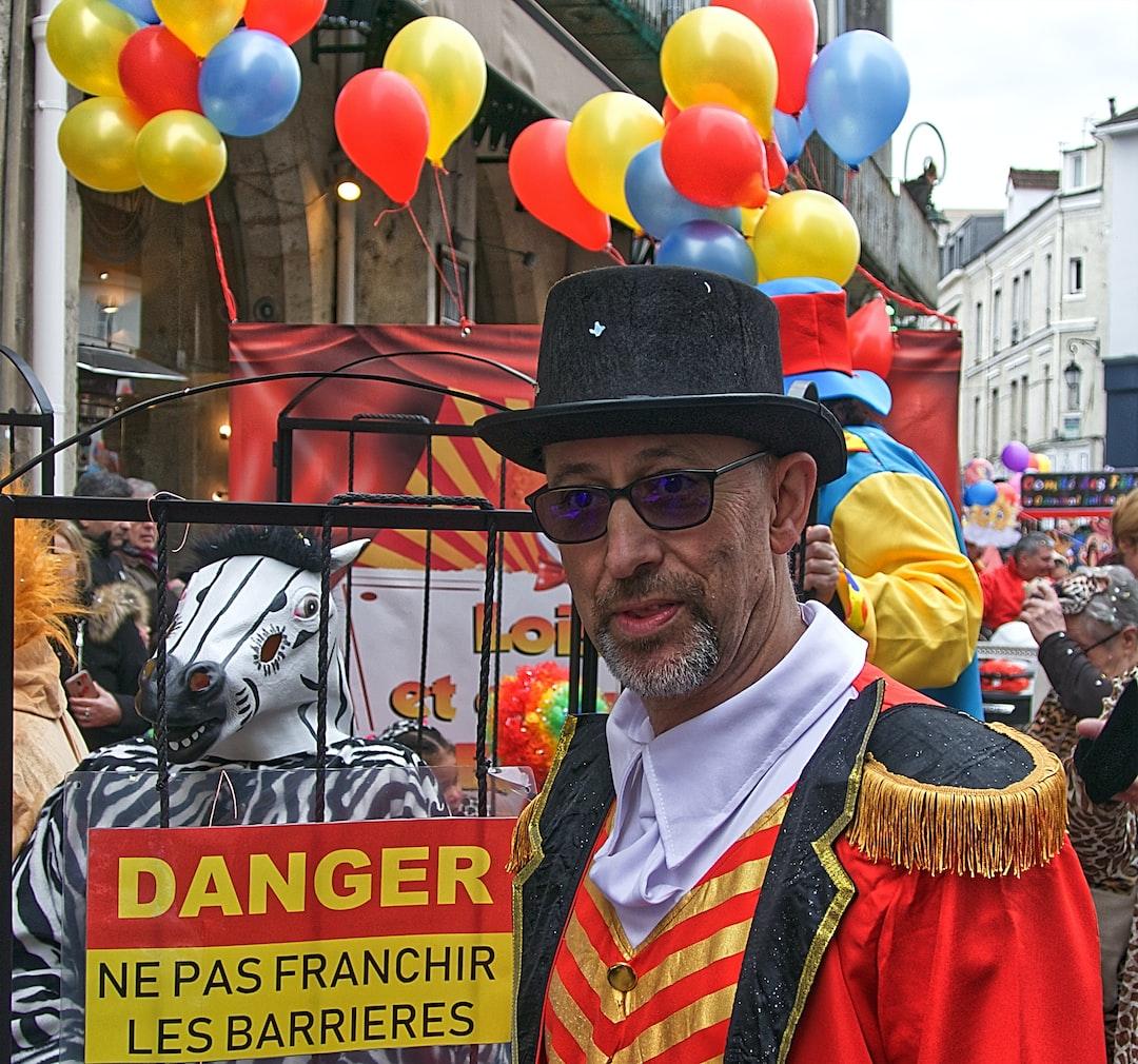 Le gardien du zoo protège les animaux qui défilent au carnaval 2020 de Lagny Sur Marne.