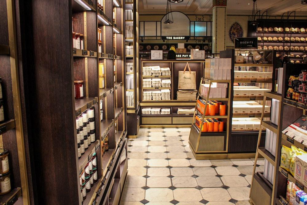 本と茶色の木製の棚