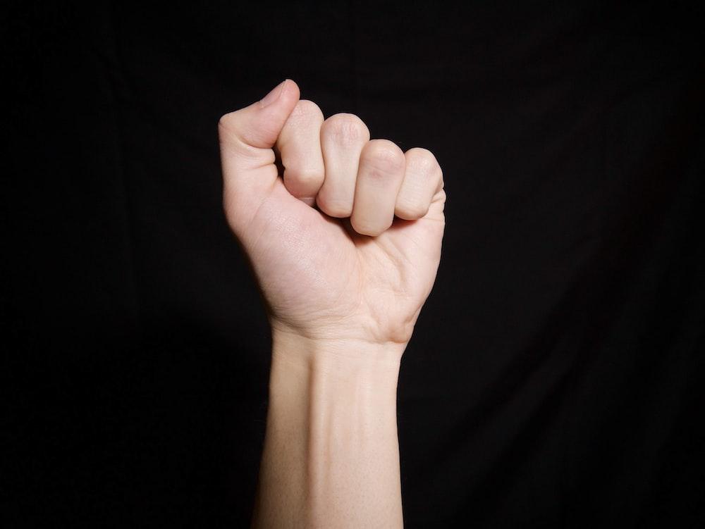 黒い布に左手