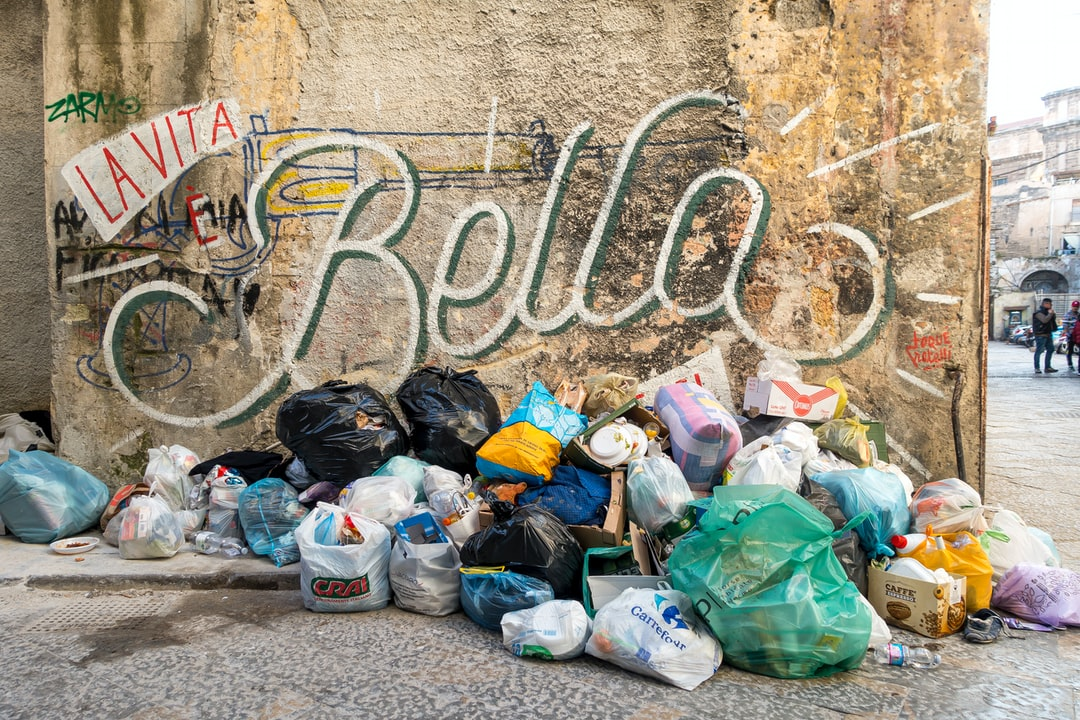 »La vita e Bella« (Life is Beautiful). Garbage on the street corner in Sicily.