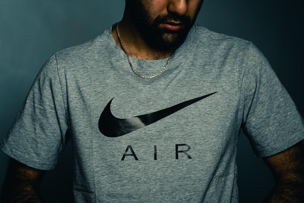 灰色のクルーネックシャツの男