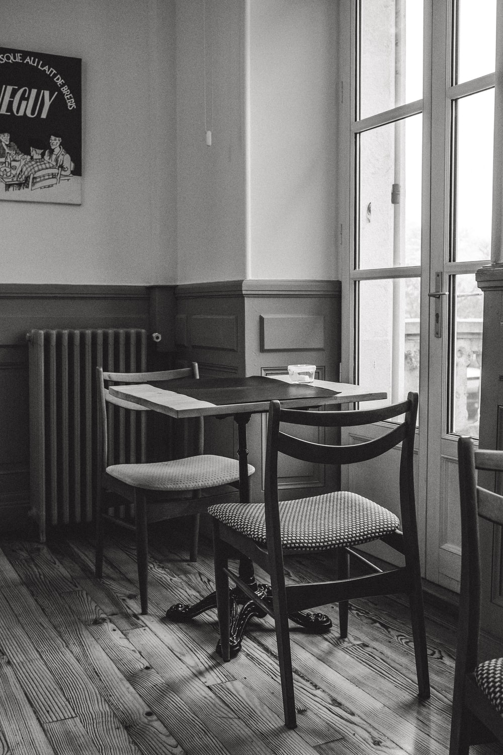 grayscale photo of table and chairs