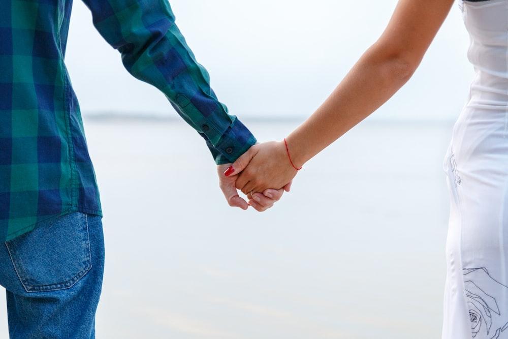 手を繋いでいる男女