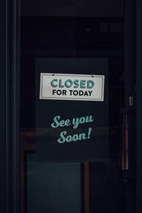 Closed sign at a restaurant during the Covid-19 pandemic.