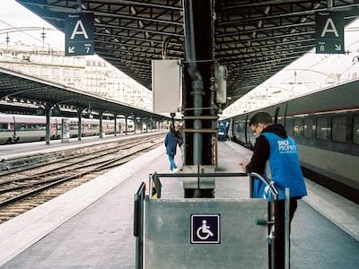 """Trenord 2058 da Verona a Milano centrale con calcinacci per terra e sedili sporchi. """"Ma la sanificazione è avvenuta?"""""""