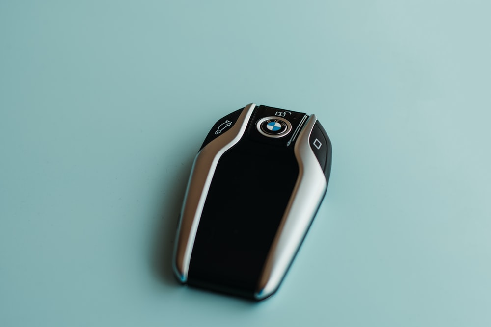 Car keys on a blue background, which use sound to communicate to the user.