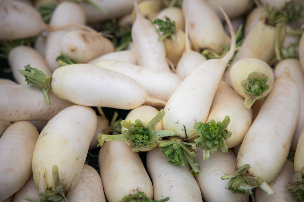 white garlic on green leaves