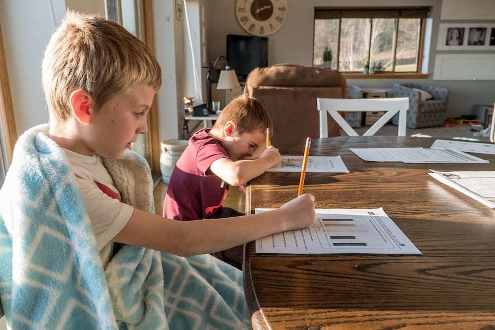 13 عملية لتحفيز طفلك على أداء واجباته المنزلية