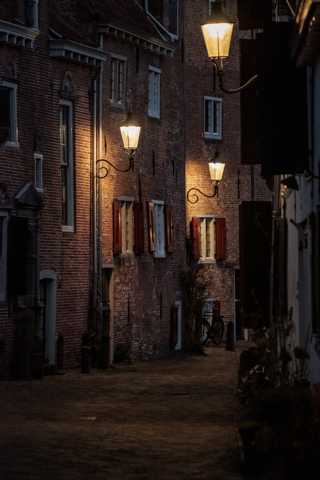 A walk around town with a 300mm lens provides for some interesting images but also some interesting challenges.  Amersfoort Muurhuizen is a pretty cramped place with its old age and therefore narrow streets. As the final rays of light evaporated from the streets, I set out to document them the best I could.