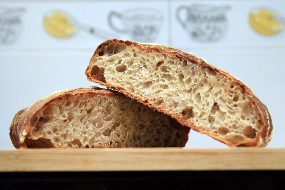 brązowy chleb na brązowy drewniany stół