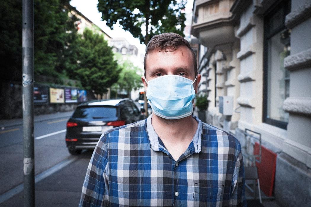 sokağa çıkarken maskeyi unutmak