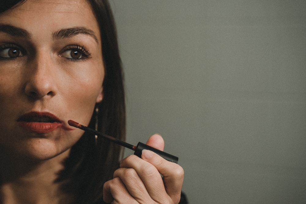 woman holding black pen and brown hair