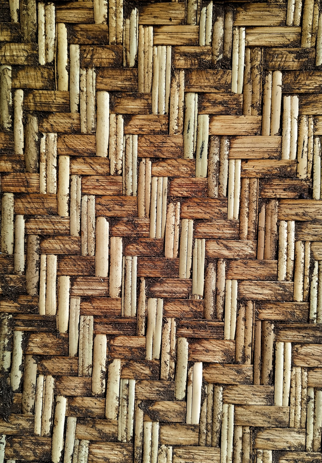 Pattern of a basen made with coconut leaves.
