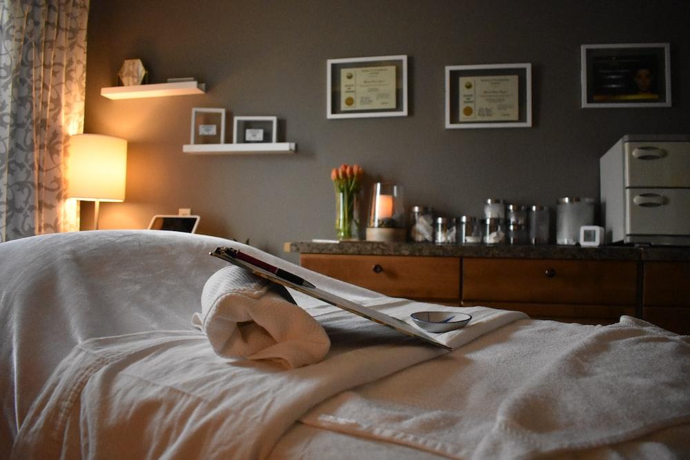 almohada de cama blanca en la cama
