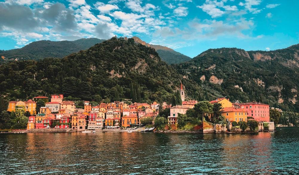 Villaggio sul lago di Como tra i laghi più belli d'Italia