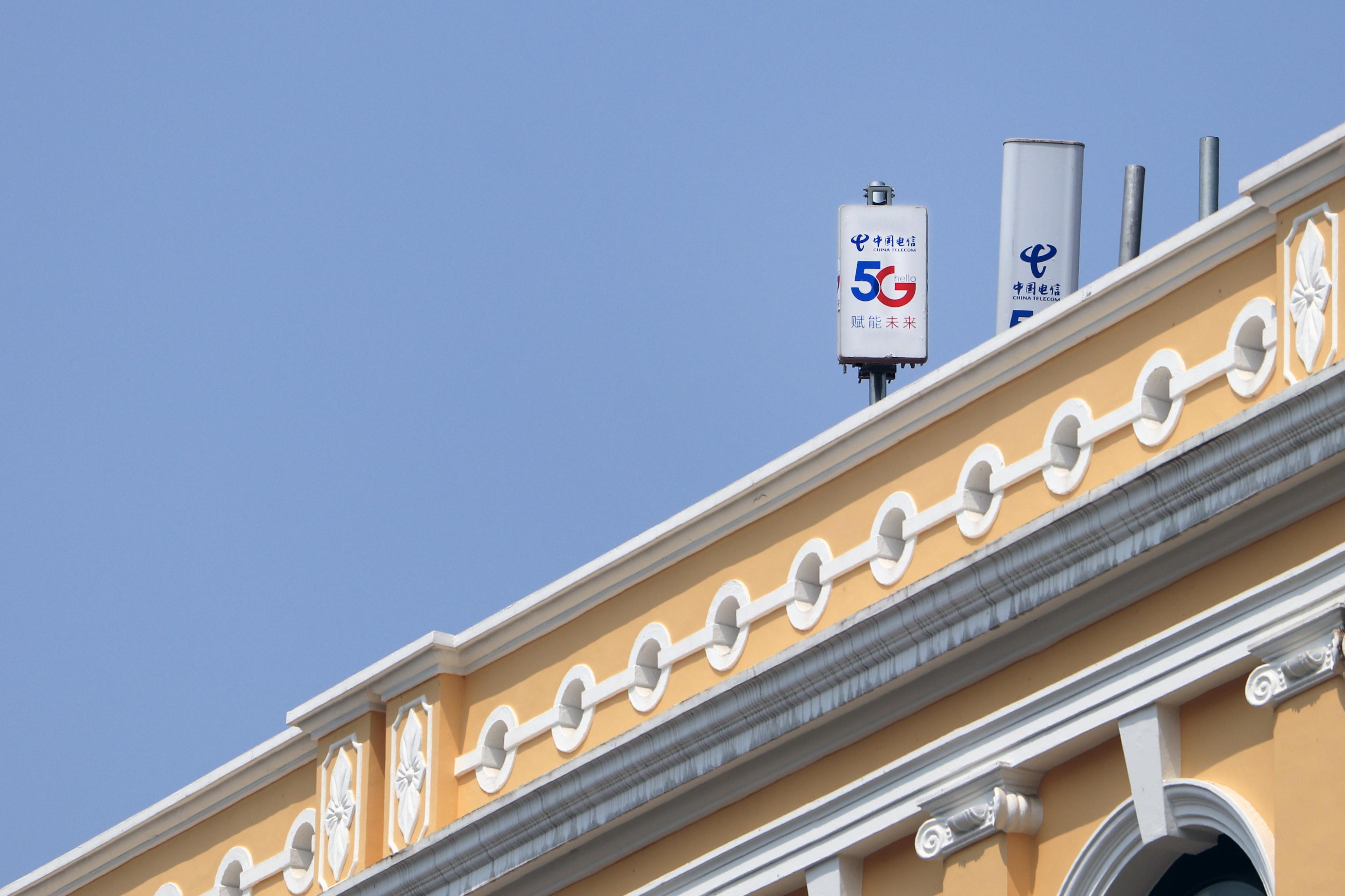 maszt zapewniajacy sieć 5g na dachu budynku