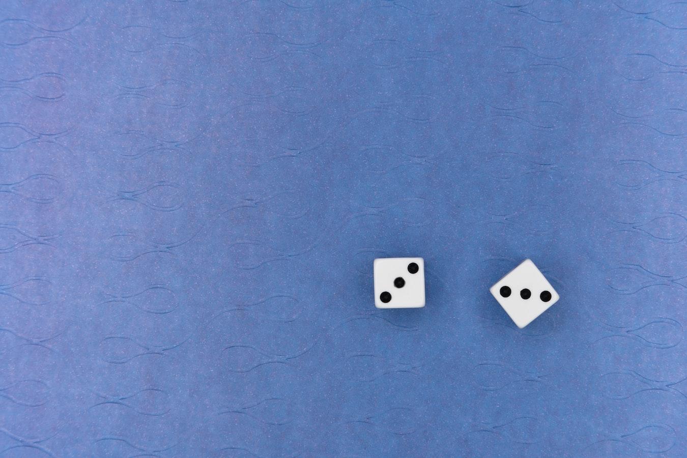 Twee dobbelstenen geven een totaalwaarde van 9 ogen weer
