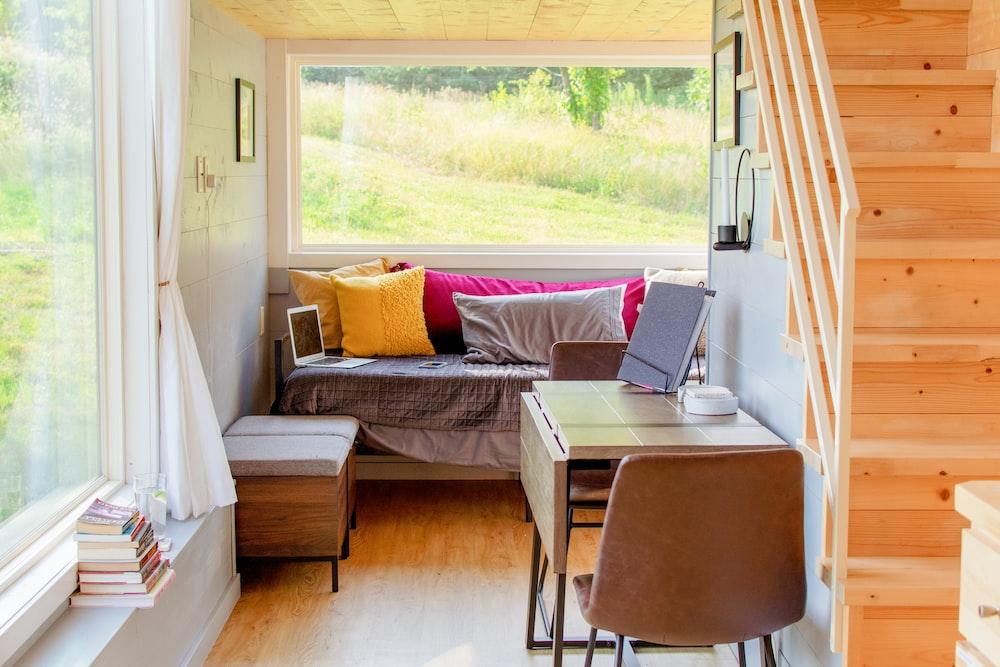 茶色の木製フレームの白いパッド入りソファ