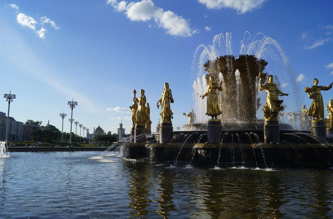 Fonte Amizade dos Povos, ou Amizade das Nações. Com suas estátuas de mulheres douradas, que representam as diversas repúblicas da URSS.