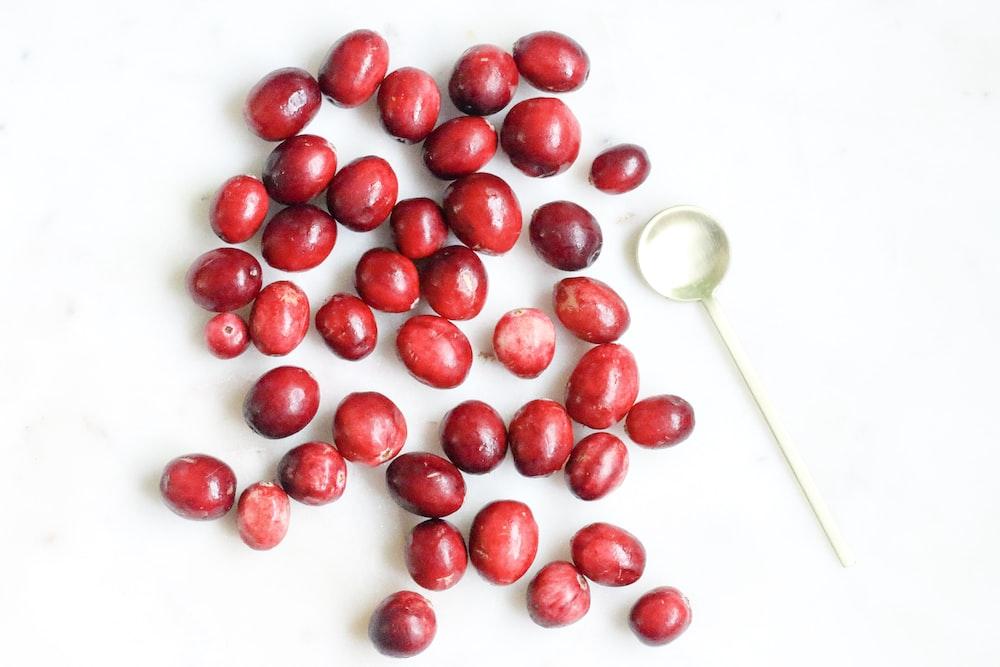 白いセラミックボウルに赤い丸い果物