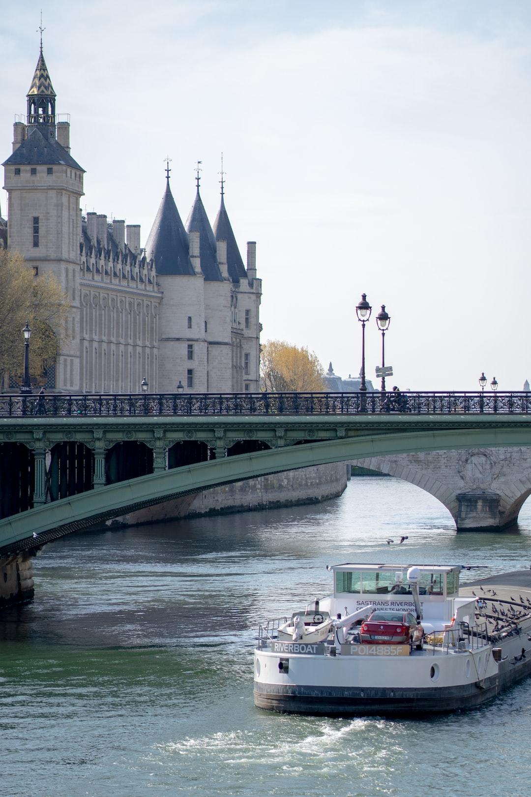 Conciergerie et bateau mouche sur la Seine à Paris.